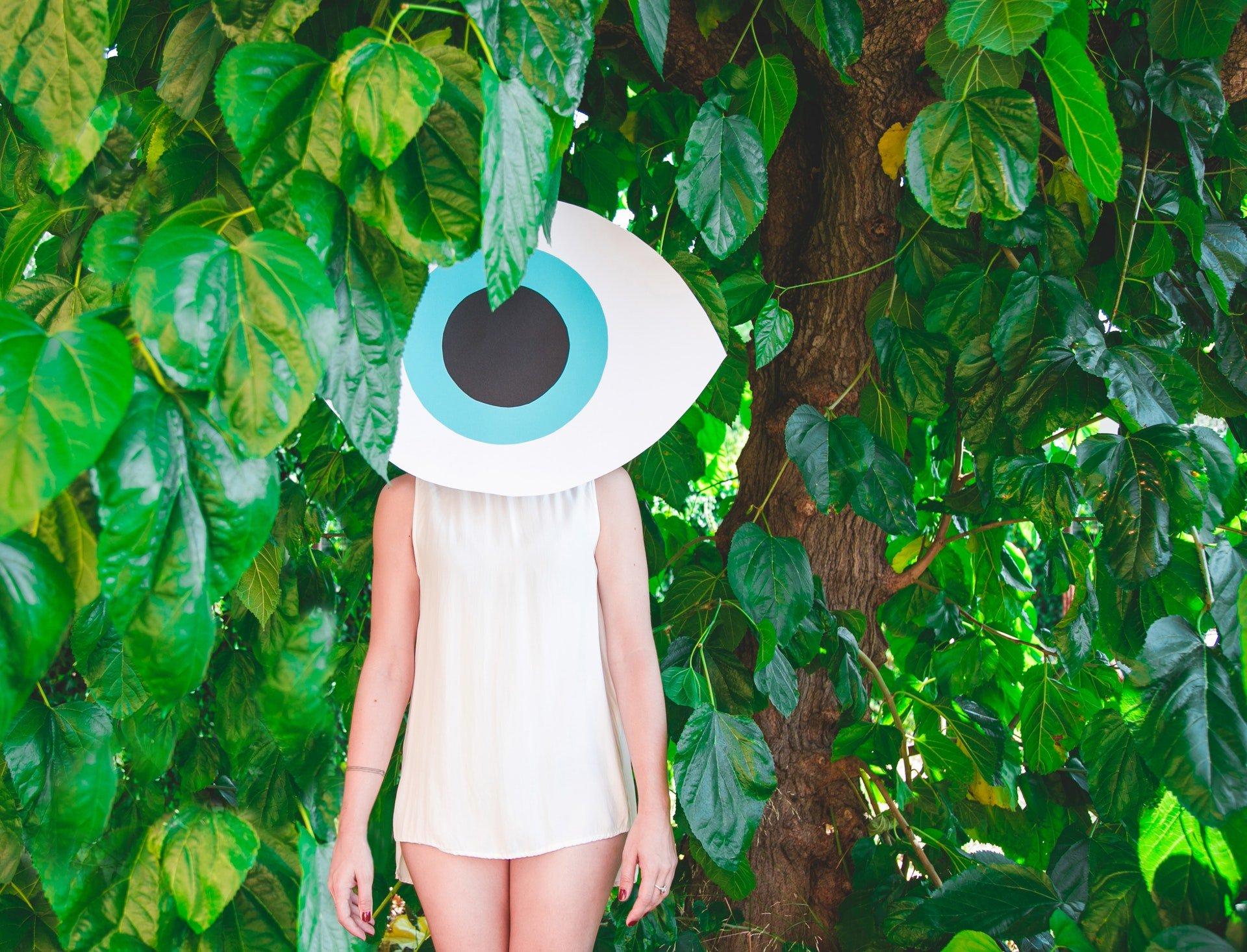 淡水眼科診所、醫院醫療評價一覽表 eye beauty woman standing near green leafed plants