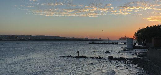 夕陽下淡水河的釣魚客